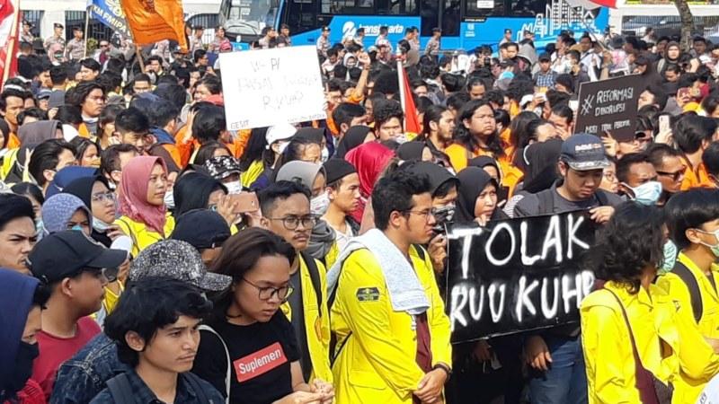Ribuan mahasiswa melakukan demonstrasi di depan Gedung DPR RI menuntut sejumlah RUU yang dinilai bakal merugikan masyarakat. - Bisnis/Rayful Mudasir