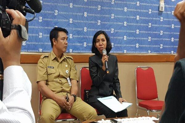 Kepala Dinas Pengelolaan Bangunan dan Tanah Kota Surabaya Maria Theresia Ekawati Rahayu (kanan) dan Kepala Bagian Humas Pemkot Surabaya M. Fikser (kiri) saat konferensi pers tentang gedung THR, di Surabaya, Senin (23/9 - 2019).