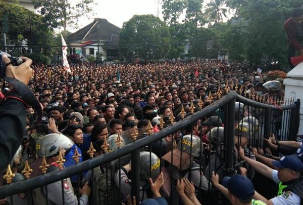Sekitar 1.500 mahasiswa yang berasal dari berbagai perguruan tinggi swasta dan negeri se-Bandung Raya mengepung gedung DPRD Jawa Barat, Bandung, Senin (23/9/2019). - Bisnis/Wisnu Wage
