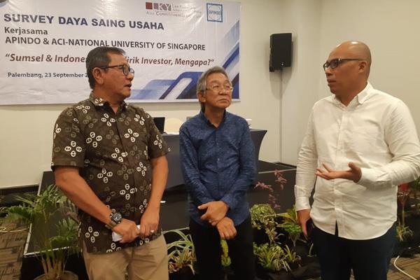 Dari kiri ke kanan: Ketua DPD Apindo Sumsel Sumarjono Saragih (dari kanan) berbincang dengam Ketua Gapki Sumsel Harry Hartanto saat acara diskusi Survei Daya Saing Usaha yang digelar di Palembang pad Senin 23 September 2019. Bisnis - dinda wulandari