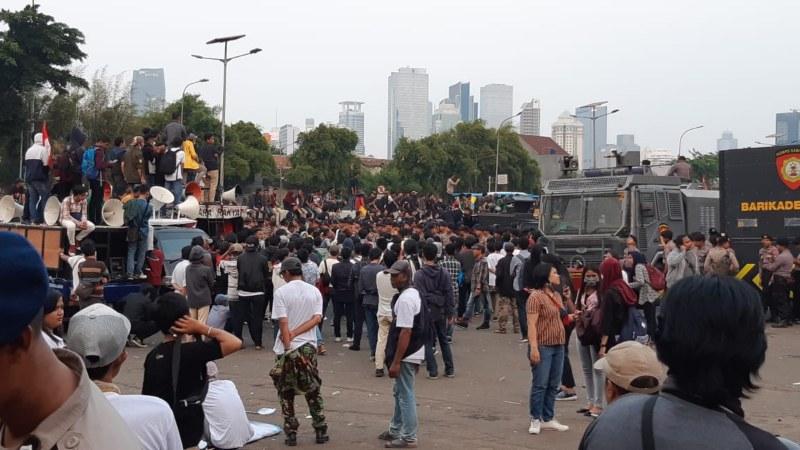 Massa tandingan ikut melakukan demonstrasi di gedung DPR-RI - Bisnis/Rayful Mudasir