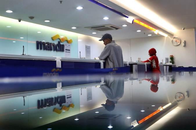 Aktivitas layanan nasabah di salah satu kantor cabang Bank Mandiri, di Jakarta, Kamis (4/7/2019). - Bisnis/Nurul Hidayat