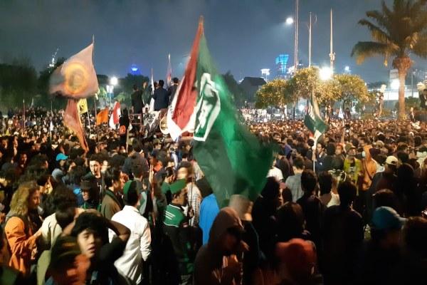 Demonstrasi mahasiswa masih berlangsung hingga malam hari di depan Gedung DPR RI. - Bisnis/Rayful Mudassir