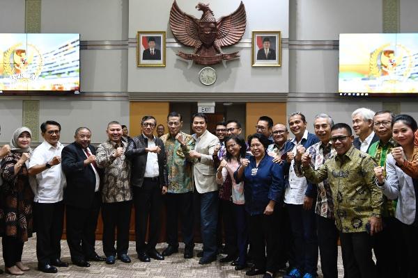 Menteri Hukum dan HAM Yasonna Laoly (kelima kiri) bersama pakar hukum tim perumus Rancangan Kitab Undang-Undang Hukum Pidana (KUHP) dan anggota Komisi III DPR foto bersama usai rapat kerja di Kompleks Parlemen Senayan, Jakarta, Rabu (18/9/2019). - ANTARA FOTO/Puspa Perwitasari