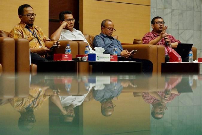 Koordinator Advokasi BPJS Watch Timboel Siregar (dari kanan), Ketua Yayasan Lembaga Konsumen Indonesia Tulus Abadi, Staf Khusus Menteri Sosial, Febri Hendri Antoni Arief dan Kepala Humas BPJS Kesehatan M. Iqbal Anas Ma'ruf memberikan penjelasan pada konferensi pers mengenai peserta Penerima Bantuan Iuran (PBI) Non Basis Data Terpadu (BDT), di Jakarta, Rabu (31/7/2019). - Bisnis/Nurul Hidayat