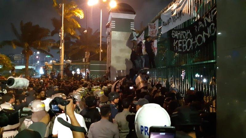 Suasana demonstrasi mahasiswa di depan gedung DPR/MPR, Jakarta, Senin (23/9/2019) - Bisnis / Rayful Mudassir