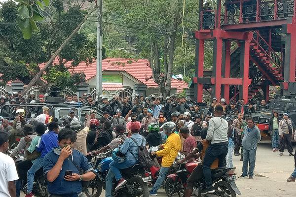 Pengunjuk rasa melakukan aksi di depan Kampus Universitas Cenderawasih, Abepura, Jayapura, Papua, Senin (23/9/2019). - Antara/Faisal Narwawan