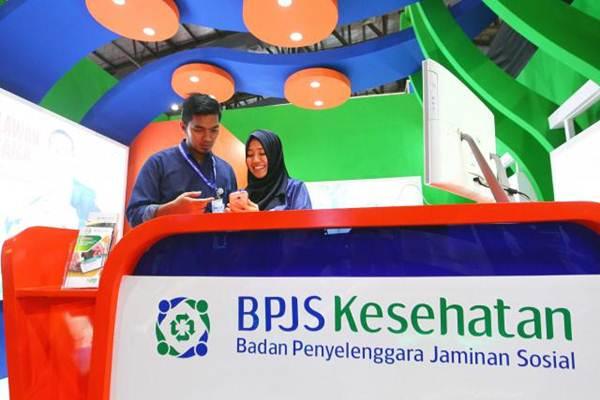 Petugas beraktivitas di stan BPJS Kesehatan pada ajang Indonesia Business and Development Expo (IBDexpo) 2017 di Jakarta, Kamis (21/9). - JIBI/Dwi Prasetya