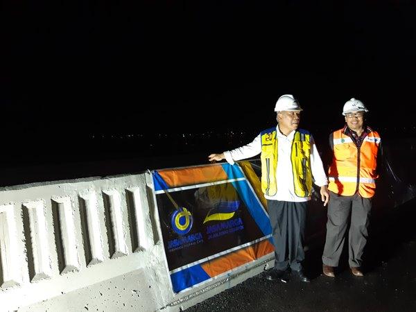 Menteri PUPR Basuki Hadimuljono menyaksikan uji beban jalan tol layang Jakarta-Cikampek, Senin (23/9). Uji beban dilakukan secara dinamis dan statis dengan melibatkan 16 truk. - Bisnis / Rivki Maulana