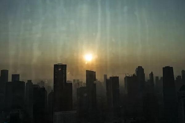 Suasana matahari terbit di Jakarta. Berdasarkan situs pemantau kualitas udara AirVisual.com, Jakarta masih termasuk kualitas udara ketujuh terburuk di dunia. - Antara