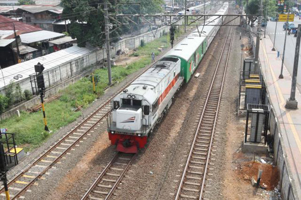 Kereta api melintas di dekat stasiun Jatinegara, Jakarta, Minggu  5 November 2017. - Bisnis/Dedi Gunawan