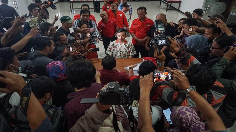 Putra sulung Presiden Joko Widodo, Gibran Rakabuming Raka (tengah) menyerahkan berkas pendaftaran anggota PDI Perjuangan di kantor DPC PDI Perjuangan, Solo, Jawa Tengah, Senin (23/9/2019). Gibran Rakabuming Raka daftar menjadi kader PDI Perjuangan sebagai syarat untuk maju sebagai bakal calon Wali Kota Solo pada Pilkada tahun 2020 mendatang. - Antara