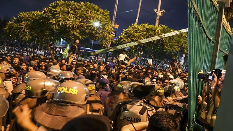 Massa mahasiswa saling dorong dengan petugas kepolisian saat berunjuk rasa di depan kompleks Parlemen, Jakarta, Senin (23/9/2019) malam. Ribuan mahasiswa yang berasal dari kampus se-Jabodetabek turun ke jalan berdemonstrasi menolak UU KPK dan pengesahan RUU KUHP. - Antara
