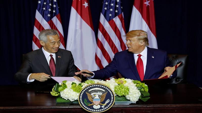 Presiden AS Donald Trump menandatangani nota pertahanan dengan Perdana Menteri Singapura Lee Hsien Loong sebelum pertemuan bilateral mereka di sela-sela Sidang Umum PBB tahunan di New York City, New York, AS, 23 September 2019. - Reuters