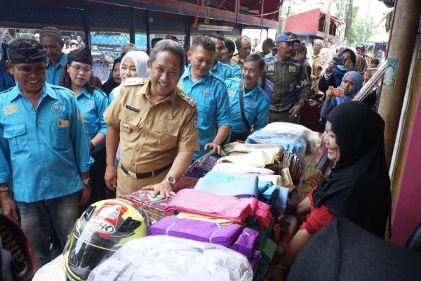 Yana saat mengunjungi PKL Cicadas - Bisnis/Dea Andriyawan