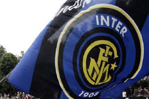 Bendera Inter Milan, pemimpin klasemen sementara Serie A Italia. - Reuters/Stefano Rellandini