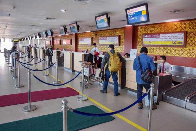 Calon penumpang melapor ke konter check in di Bandara Sultan Syarif Kasim II, Kota Pekanbaru, Riau, Selasa (14/5/2019). - ANTARA/FB Anggoro