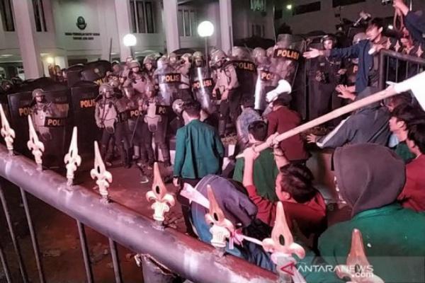 Bentrokan mahasiswa dan polisi saat demo di Gedung Sate Senin malam - Antara