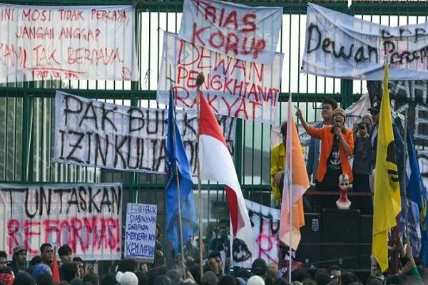 Mahasiswa dari sejumlah elemen mahasiswa se-Jabodetabek berunjuk rasa di depan kompleks Parlemen, Senayan, Jakarta. - Antara