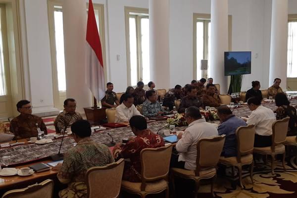 Presiden Joko Widodo memimpin rapat membahas pembangunan sumber daya manusia untuk akselerasi pertumbuhan ekonomi di Istana Kepresidenan Bogor, Bogor, Jawa Barat, Rabu (21/11).JIBI - BISNIS/Yodie Herdiyan
