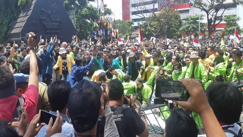 Mahasiswa dari berbagai universitas merobohkan pagar kantor Gubernur Jawa Tengah untuk menolak RKUHP, Selasa (24/9/2019). JIBI/Bisnis - Hafiyyan Lindur