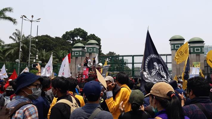 Kelompok Kesatuan Perjuangan menggelar aksi di depan Gedung DPR - Bisnis/Rayful Mudassir