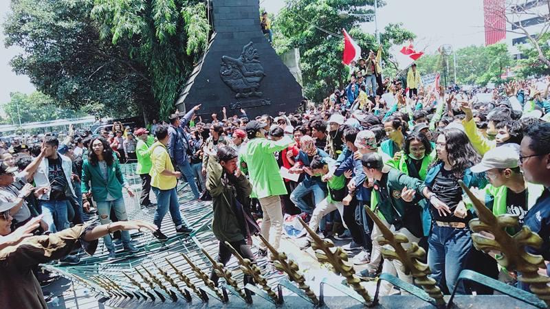 Gerbang kantor Gubernur Jawa Tengah roboh didorong oleh mahasiswa yang memaksa bertemu Gubernur Jawa Tengah Ganjar Pranowo. JIBI/Bisnis - Alif Nazzala Rizqi