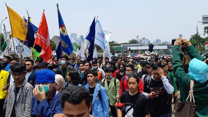 Ribuan massa dari bergerak ke Gedung DPR, Selasa (24/9/2019) siang. - Bisnis/Rayful Mudassir