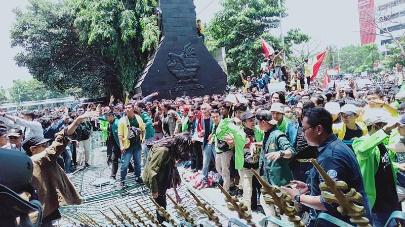 Demo mahasiswa di depan kantor Gubernur Jawa Tengah, Selasa (24/9/2019). JIBI/Bisnis - Alif Nazzala Rizqi