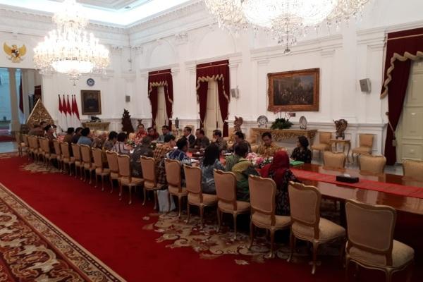 Presiden Joko Widodo bertemu dengan para pimpinan DPR, para Ketua Fraksi DPR, dan pimpinan Komisi III DPR untuk membahas Rencana Kitab Hukum Umum Hukum Pidana (RKUHP) di Istana Merdeka, Jakarta, Senin (23/9/2019). - Bisnis/Amanda Kusumawardhani