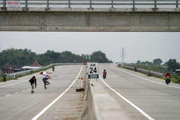 Warga bermain skateboard di ruas jalan tol Solo-Ngawi, Karanganyar, Jawa Tengah, Senin (27/11). - ANTARA/Mohammad Ayudha