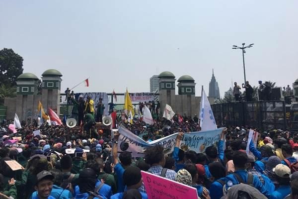 Aksi massa di depan Gedung DPR, Selasa (24/9/2019) - Bisnis/Akbar Evandio