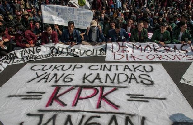 Massa yang tergabung dalam Aliansi Mahasiswa Jawa Barat bentrok melakukan aksi unjuk rasa di depan Gedung DPRD Jawa Barat, Senin (23/9/2019). - Antara