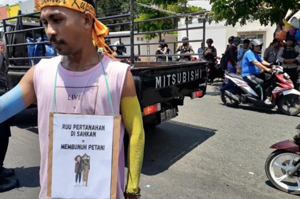 Mahasiswa dari PMII Komisariat IAIN Ternate menolak pengesahan RUU Pertanahan, di Ternate, Maluku Utara. - Antara