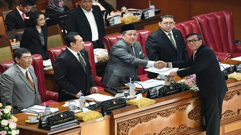 Menkumham Yasonna Laoly (kanan) berjabat tangan dengan Wakil Ketua DPR selaku pimpinan sidang Fahri Hamzah (ketiga kanan), disaksikan Ketua DPR Bambang Soesatyo (kedua kiri) dan Wakil Ketua DPR Fadli Zon (kedua kanan), dan Utut Adianto (kiri) usai menyampaikan pandangan akhir pemerintah terhadap revisi Undang-Undang (UU) Nomor 30 Tahun 2002 tentang Komisi Pemberantasan Korupsi (KPK) dalam Rapat Paripurna DPR di Kompleks Parlemen, Senayan, Jakarta, Selasa (17/9/2019). - Antara