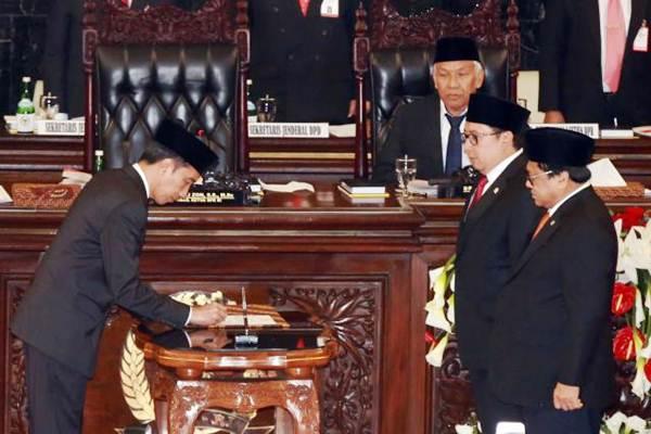 Presiden Joko Widodo (dari kiri) menandatangani berita acara penyerahan RAPBN kepada Pimpinan Sidang sekaligus Wakil Ketua DPR Fadli Zon dan Ketua DPD Oesman Sapta saat Sidang Paripurna DPR Tahun 2017, di Jakarta, Rabu (16/8). - JIBI/Abdullah Azzam