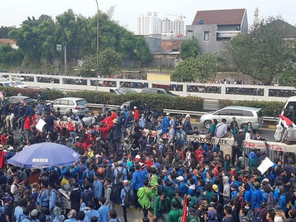 Mahasiswa menerobos tol dalam kota di depan Gedung DPR RI - Bisnis/Feni Freycinetia Fitriani