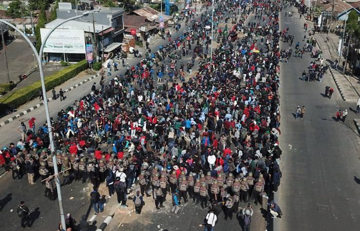 Mahasiswa dari berbagai universitas berkumpul di depan kantor DPRD Sulawesi Selatan, Selasa (24/9). Konsentrasi massa yang ingin masuk kantor DPRD Sulsel akhirnya bentrok dengan aparat kepolisian yang mengeluarkan tembakan gas air mata. - Bisnis/Paulus Tandi Bone