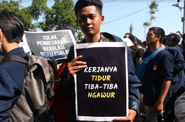 Ribuan mahasiswa di Bali menggelar aksi demonstrasi di depan lapangan Bajra Sandhi Renon Denpasar,Bali, Selasa, (24/9/2029). Aksi yang bertajuk BaliTidakDiam ini membawa tuntutan diantaranya, kajian sejarah di Papua Barat, polemik pasal kontroversial di UU KPK hasil revisi, polemik Rancangan Kitab Undang-undang Hukum Pidana RUU KUHP yang juga kontroversial, serta penanganan kebakaran hutan dan lahan di Indonesia. - Bisnis/Sultan Anshori