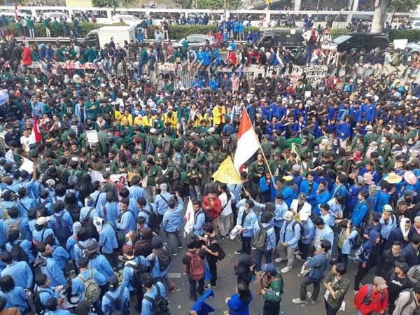 Demonstrasi mahasiswa di depan Gedung DPR - Bisnis/Feni