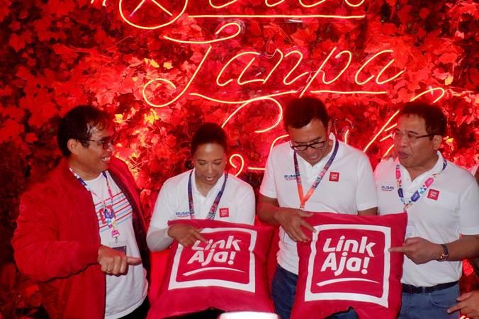 Menteri BUMN Rini Sumarno (kedua kiri), Direktur Utama BNI Achmad Baiquni (kedua kanan), Direktur Utama Telkom Alex J. Sinaga dan Direktur PT Fintek Karya Nusantara (Finarya) Danu Wicaksana berbincang usai mencoba langsung aplikasi layanan keuangan elektronik LinkAja dalam ajang BNI Java Jazz Festival 2019 di Jakarta, Minggu (3 - 3). Layanan keuangan elektronik berbasis quick response code (QR code) bernama LinkAja merupakan gabungan layanan pembayaran elektronik dari beberapa badan usaha milik negara (BUMN).