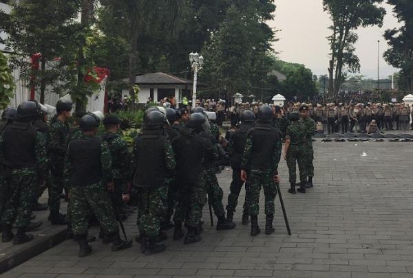 Aparat TNI mulai disiagakan mengawal aksi demonstrasi mahasiswa dan elemen masyarakat di depan Gedung Sate, Bandung, Selasa (24/9/2019) petang. - Bisnis/Wisnu Wage