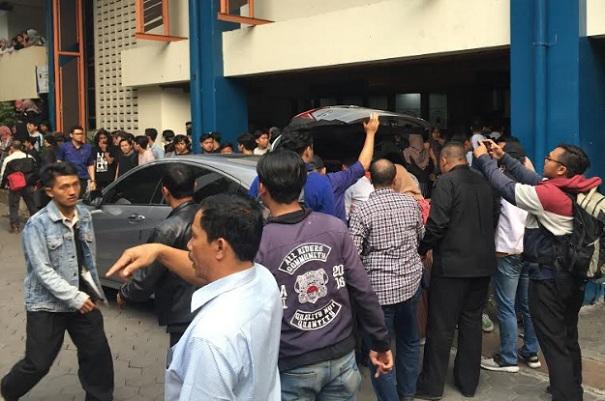 Sejumlah korban kericuhan yang dievakuasi ke aula di Kampus Universitas Islam Bandung (Unisba) harus dilarikan ke rumah sakit menggunakan mobil pribadi lantaran kurangnya ambulans. - Bisnis/Dea Andriyawan