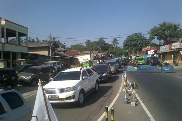 Lalu lintas di exit Tol Ciawi - Bisnis.com/Miftahul Khoer