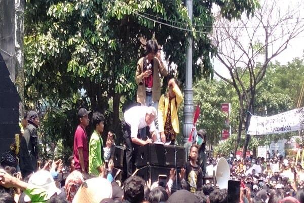 Gubernur Jawa Tengah Ganjar Pranowo saat menemui pendemo di depan kantor Gubernur Jawa Tengah. - Bisnis/Alif Nazzala R.