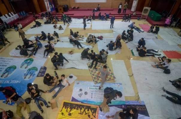 Sejumlah mahasiswa korban bentrokan saat aksi unjuk rasa menjalani perawatan di aula kampus Universitas Islam Bandung (Unisba), Jawa Barat, Selasa (24/9/2019). Puluhan mahasiswa korban bentrok saat aksi unjuk rasa tolak RKUHP dan RUU KPK di Gedung DPRD Jabar dan Gedung Sate dilarikan ke aula kampus Unisba sebelum akhirnya dirujuk ke rumah sakit terdekat. - ANTARA/Raisan Al Farisi