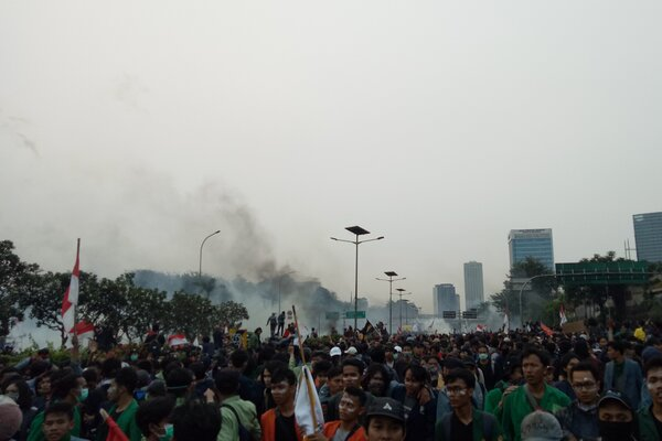 Aksi penolakan RUU KPK dan sejumlah RUU bermasalah lainnya pecah di Jalan Gatot Subroto, Jakarta Pusat, Selasa (24/9/2019). Bisnis.com - Dionisio Damara