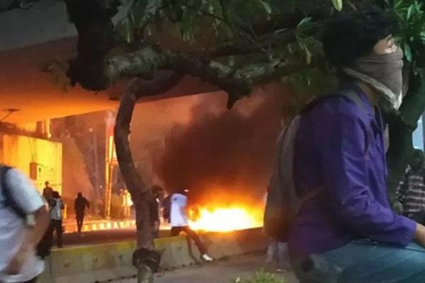 Mahasiswa membakar pembatas jalan yang terbuat dari bahan plastik di kolong jembatan layang (flyover) Senayan Jakarta, Selasa (24/09/2019). - Antara/Boyke Ledy Watra