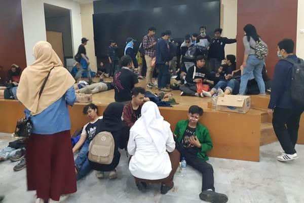 Mahasiswa yang terkena gas air mata beristirahat di lobby TVRI - Bisnis/Feni Freycinetia Fitriani.jpg