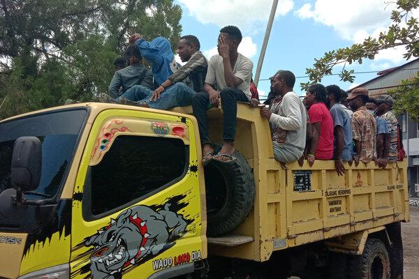 Pengunjuk rasa menaiki truk seusai menduduki auditorium Kampus Universitas Cenderawasih saat aksi Abepura, Jayapura, Papua, Senin (23/9/2019). - Antara/Faisal Narwawan